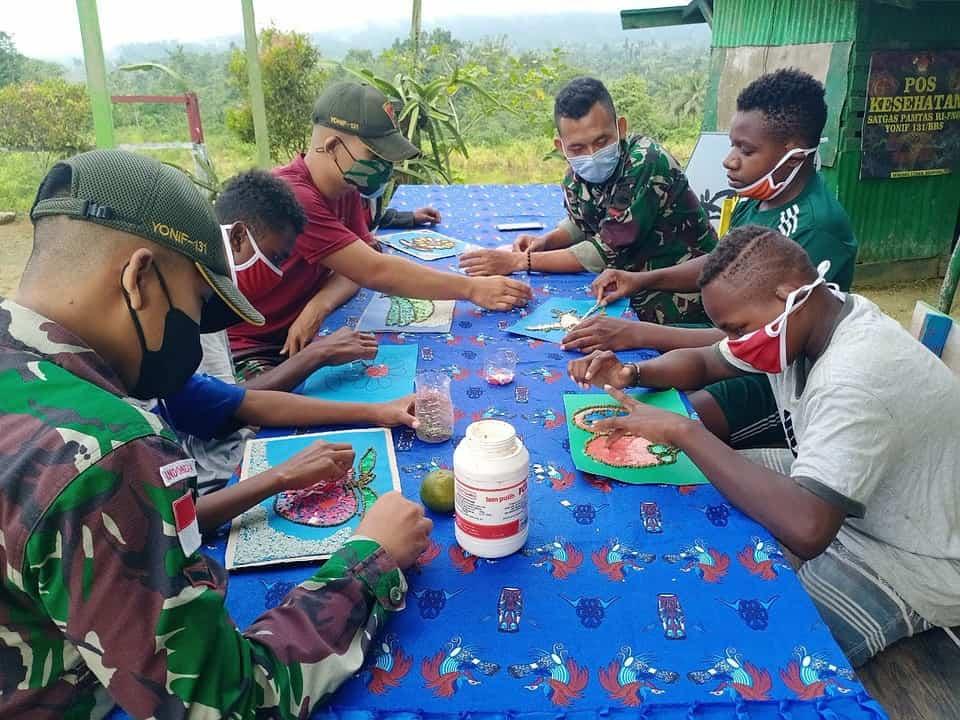 Satgas Yonif 131/Brs Ajarkan Anak-Anak di Papua Membuat Hiasan Dinding
