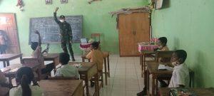 PTM di SD Katolik Tasinifu, Anggota Satgas Pamtas Yonarmed 6/3 Kostrad Ingatkan siswa Patuhi Prokes