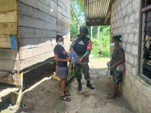Satgas Yonif Mekanis 512/QY Bagikan Pakaian Kepada Warga Di Tapal Batas Papua