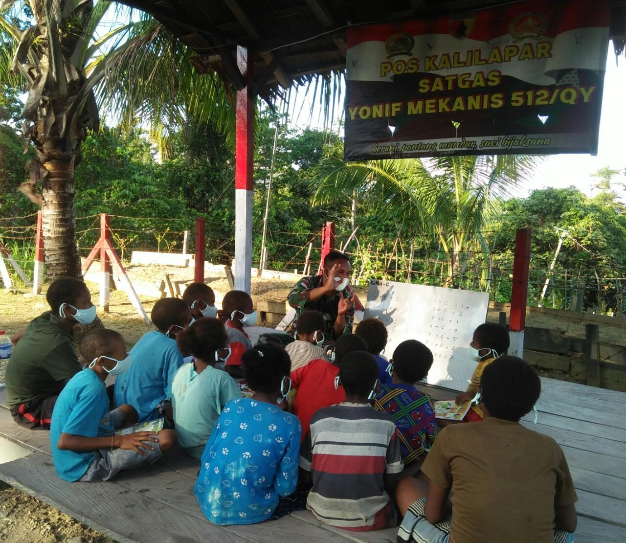 Satgas Yonif Mekanis 512/QY Berikan Tambahan Pelajaran Kepada Anak-Anak di Perbatasan Papua