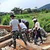 Satgas Yonif 131 Bantu Pembangunan Jembatan di Kampung Young Papua
