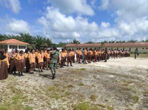 Ajarkan Wawasan Kebangsaan Sejak Dini, Satgas Pamtas Yonif Mekanis 643/Wns Latih Baris Berbaris Siswa Sekolah Di Perbatasan