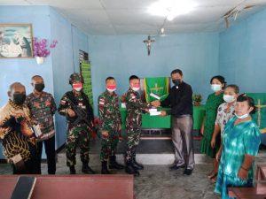 Minggu Damai, Satgas Yonif 512/QY Bagikan Alkitab Di Gereja Perbatasan RI-PNG