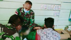 Gelar Aksi Sosial, Satgas Yonmek 403 Bantu Sunat Anak Usia Sekolah di Papua