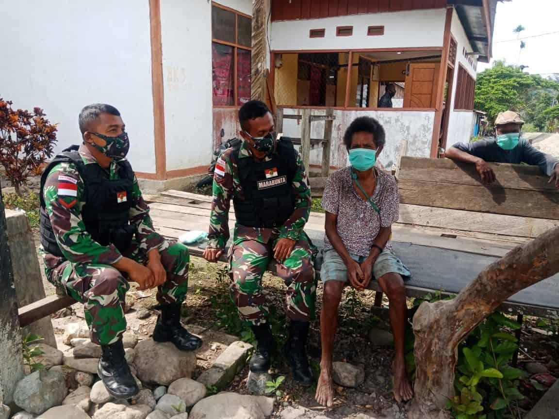 Melalui Anjangsana, Personel Satgas Yonif 512/QY Ingatkan Warga Tidak Ragu Berobat di Pos TNI