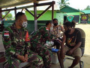 Satgas Yonmek 403 Laksanakan Vaksinasi Door To Door di Kampung Bompay