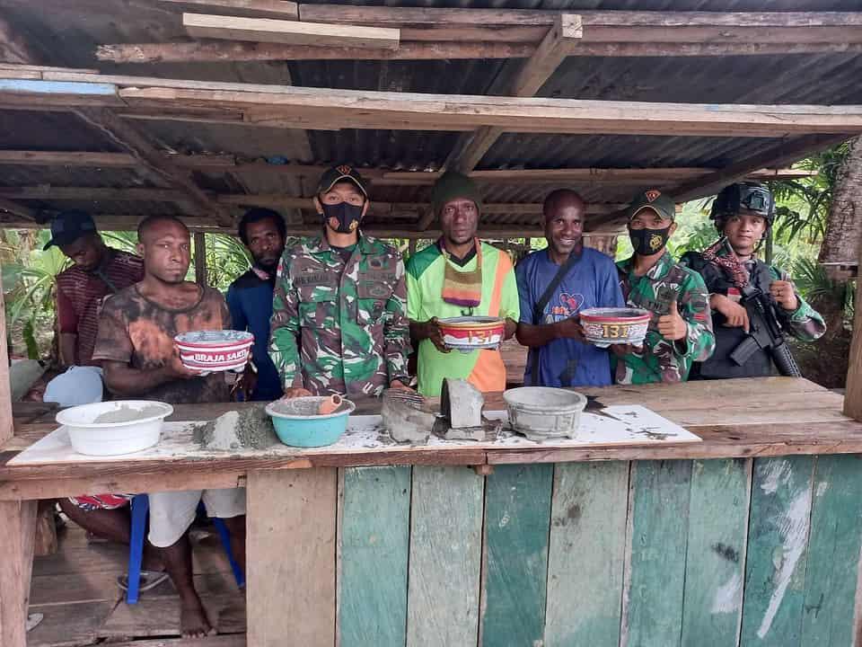 Satgas Yonif 131/Brs Ajarkan Pemuda Kampung Mosso Membuat Pot Bunga