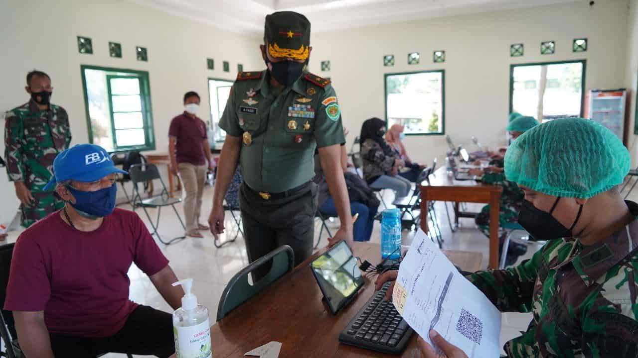 Brigjen TNI Achmad Fauzi Spontanitas Gandeng Tuna Netra Yang Antusias Ingin Divaksin