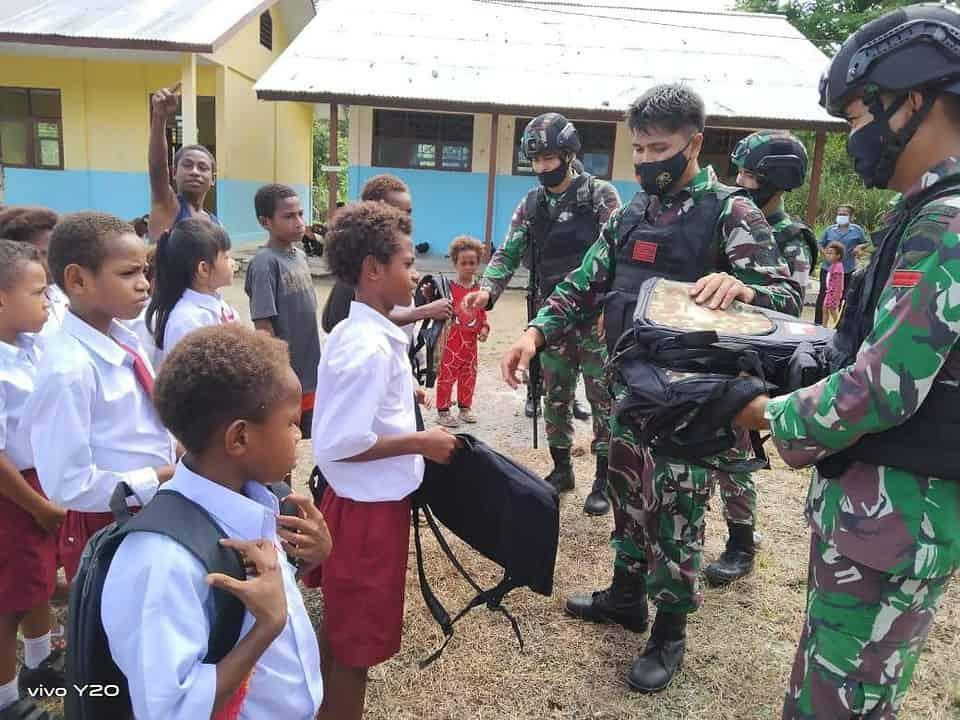 Satgas Yonif 131 Bagikan Perlengkapan Sekolah Kepada Pelajar di Papua