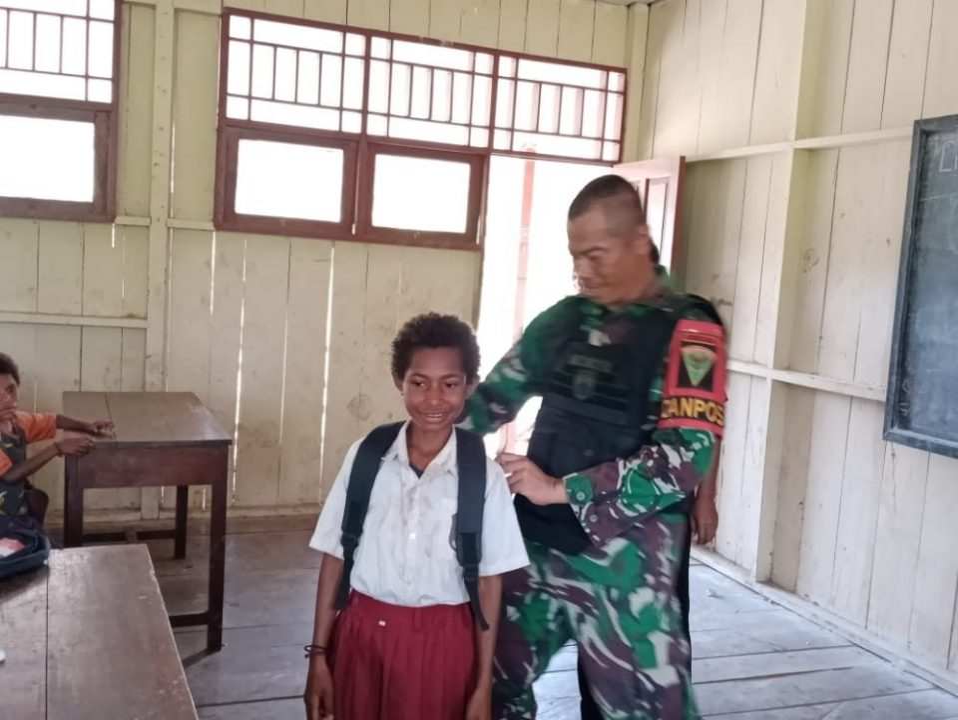 Peduli Pendidikan, Satgas Yonmek 403 Bagikan Tas Sekolah di Perbatasan RI-PNG