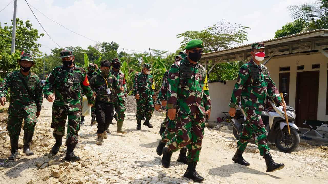 Kadispenad Didampingi Danrem 061/SK Tinjau Pelaksanaan Pengerjaan Program TMMD ke 112 di Klapanunggal Kabupaten Bogor