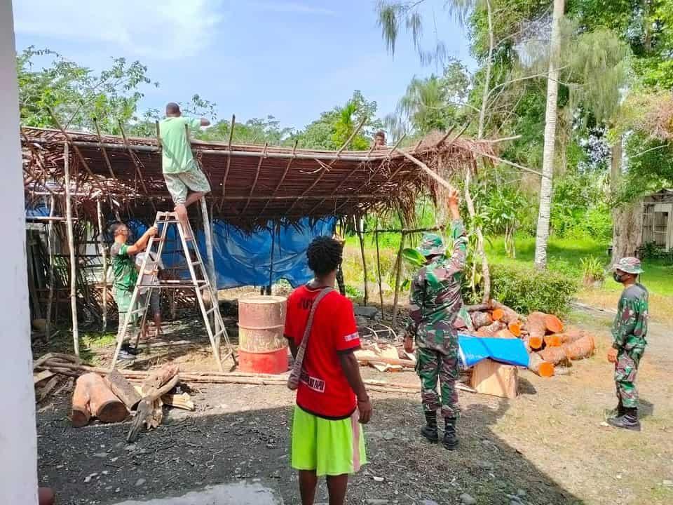 Gotong Royong, Satgas Yonif 512/QY Pasang Atap Jerami