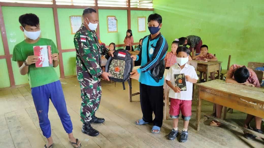 Cerdaskan Anak Bangsa, Personel Satgas Yonif 144 Jadi Gadik dan Berikan Bantuan Buku dan Tas Sekolah