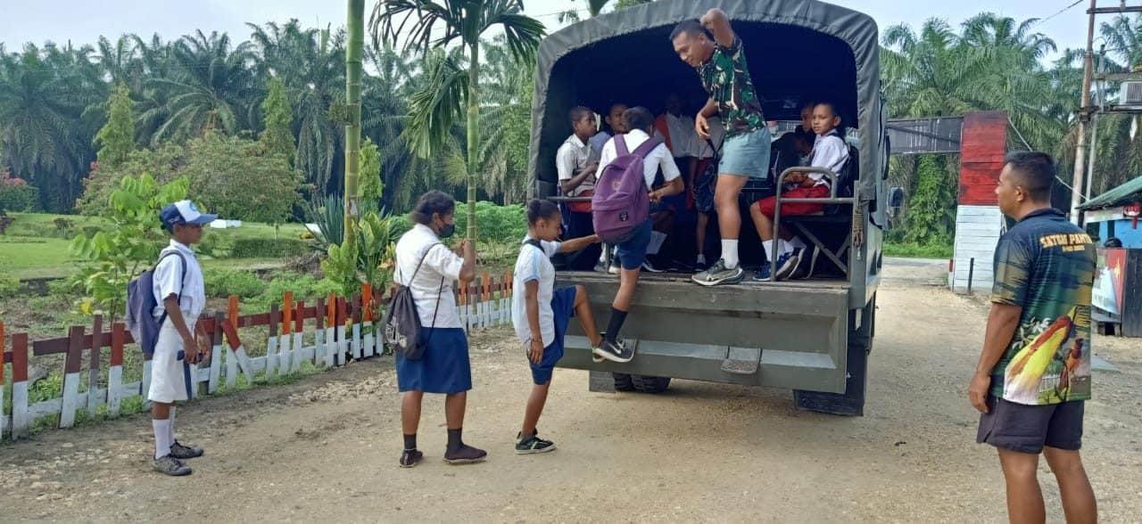 Satgas Yonmek 403 Bantu Transportasi Antar Anak Sekolah di Papua