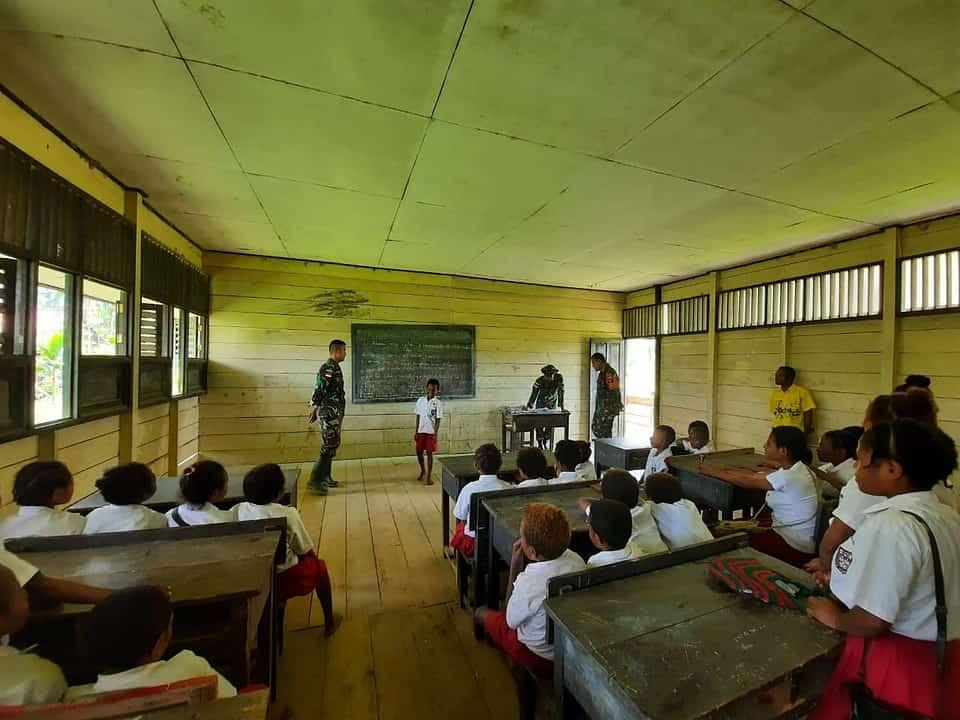 Satgas Yonmek 403 Bantu Mengajar di SD Perbatasan RI-PNG
