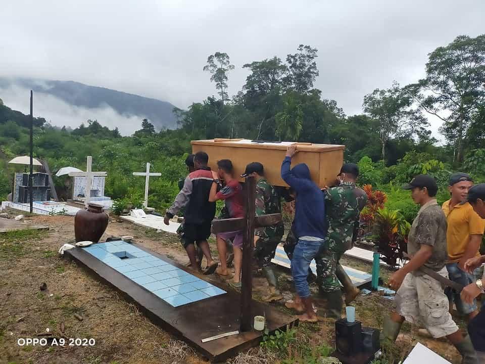 Ringankan Duka Warga Anggota Satgas Yonif 144/JY Bantu Pemakaman Warga di Perbatasan