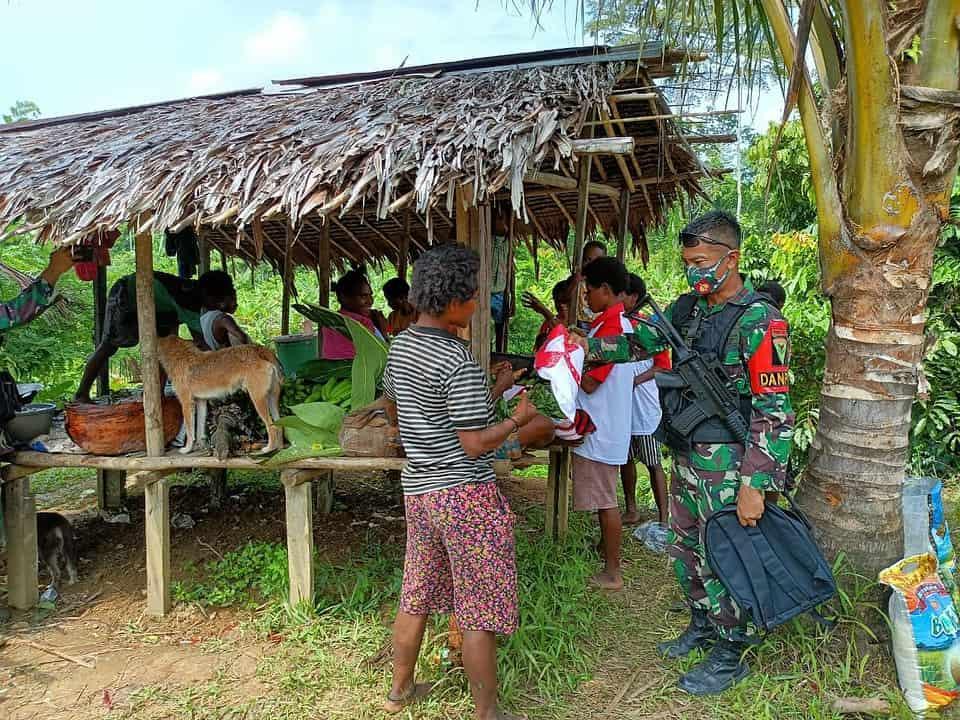Jelang HUT TNI Ke-76, Satgas Yonmek 403 Bagikan Baju Merah Putih TNI di Perbatasan RI-PNG