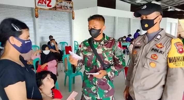 Satgas Yonif 144/JY Bagikan Masker Gratis Dalam Gebyar Vaksinasi Covid-19 di Perbatasan