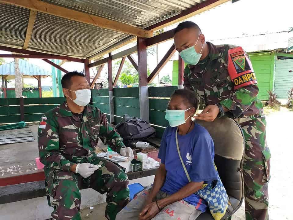 Satgas Yonmek 403 Bagikan Masker dan Sembako Kepada Masyarakat Perbatasan