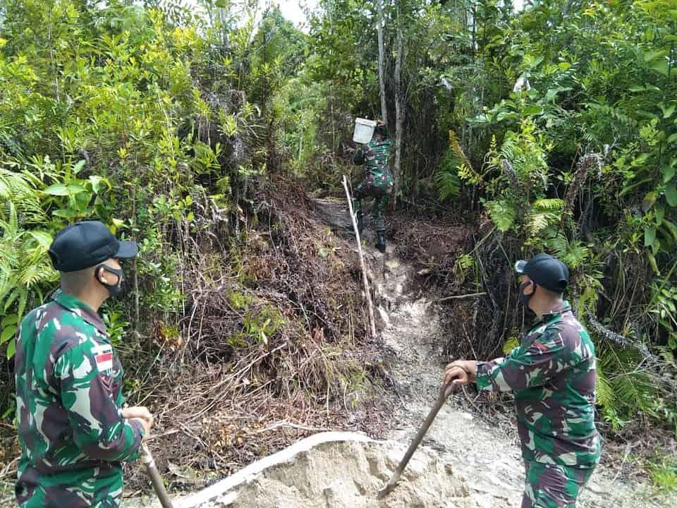 Buat Penampungan Air Bersih, Personel Satgas Yonif 144/JY Karya Bakti Bersama Warga di Perbatasan