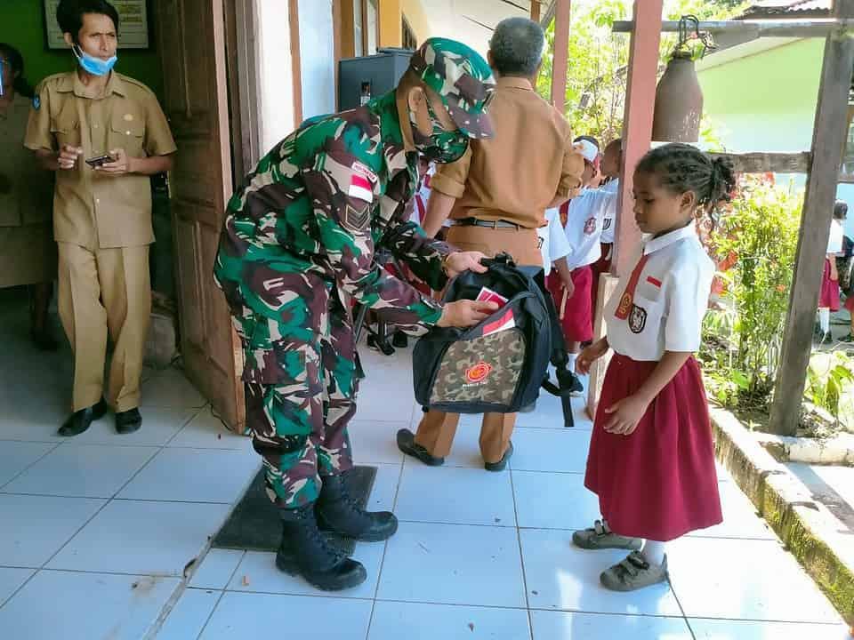 Sambut HUT ke 76 TNI, Satgas Yonif 512/QY Bagikan Tas dan Alat Tulis di Tapal Batas