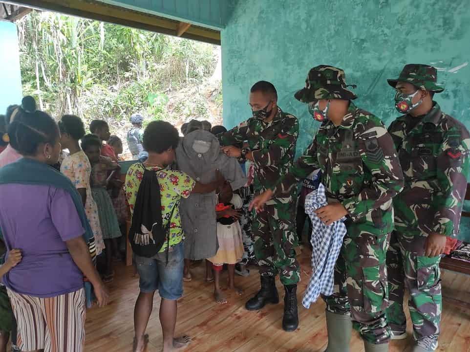 Sambut HUT TNI ke 76, Satgas Yonmek 403 Gelar Baksos di Perbatasan RI-PNG