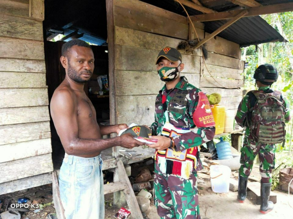 Bantu Kesulitan Warga, Satgas Yonif 131 Bagikan Sembako di Kampung Kibay Papua