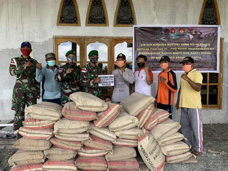 Satgas Yonmek 403 Bantu Renovasi Masjid di Kampung Woslay Papua