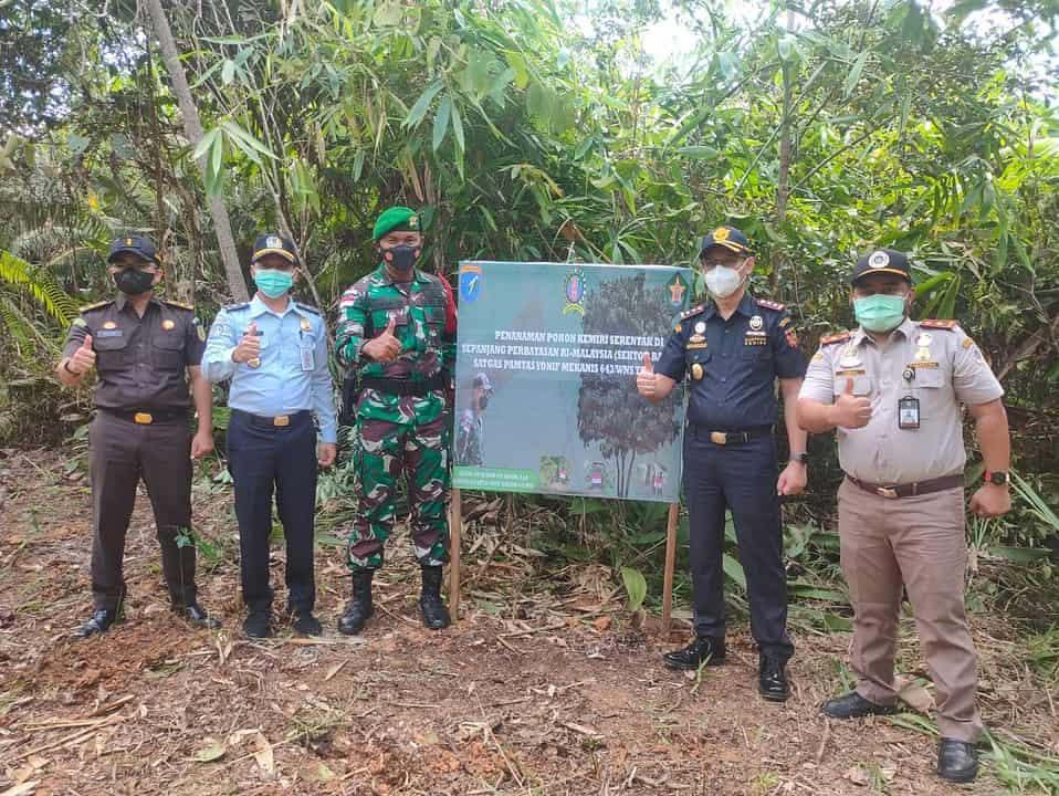 Wujudkan Program Unggulan, Satgas Pamtas Yonif Mekanis 643/Wns Lakukan Penanaman Serentak Pohon Kemiri di Wilayah Perbatasan