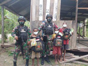 Satgas Yonif 512/QY Bagikan Peralatan Sekolah di Keerom Papua