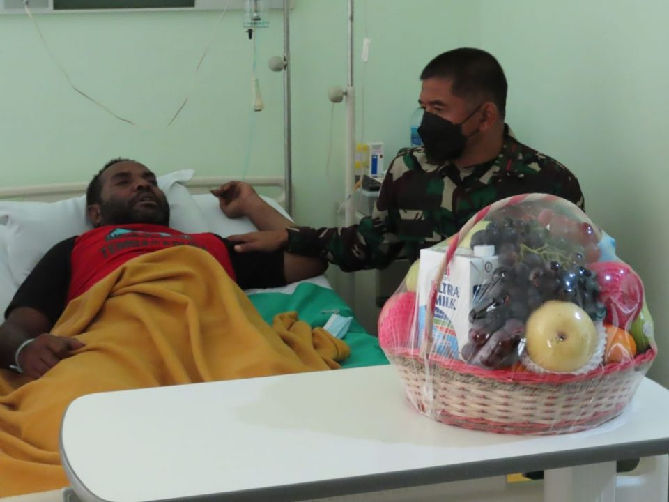 Di sela Kesibukan Pengecekan Pengamanan PON XX, Danrem Sempatkan Jenguk Prajurit Yang Sakit