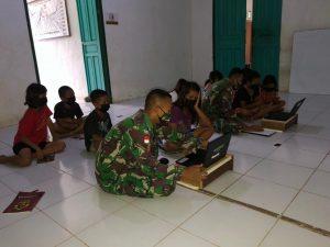 Satgas Pamtas Yonif Mekanis 643/Wns Ajarkan Komputer Kepada Anak-Anak di Perbatasan.