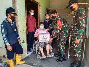 Satgas Pamtas Yonif Mekanis 643/Wns Berikan Bantuan Santunan dan Paket Sembako Kepada Warga Disabilitas di Perbatasan.