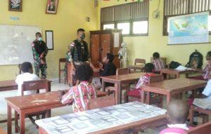 Kunjungi Sekolah Dasar di Tapal Batas, Satgas Yonif 512/QY Bagikan Buku Tulis