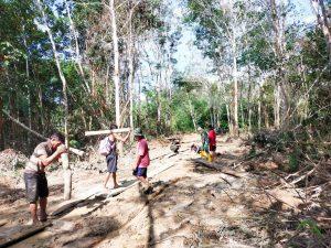 Pasca Banjir, Anggota Satgas Yonif 144/JY Karya Bakti Benahi Jalan Desa di Perbatasan