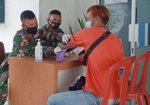 Gelar Vaksinasi Covid-19 Anggota Satgas Yonif 144/JY Bantu Tenaga Medis Puskesmas di Perbatasan