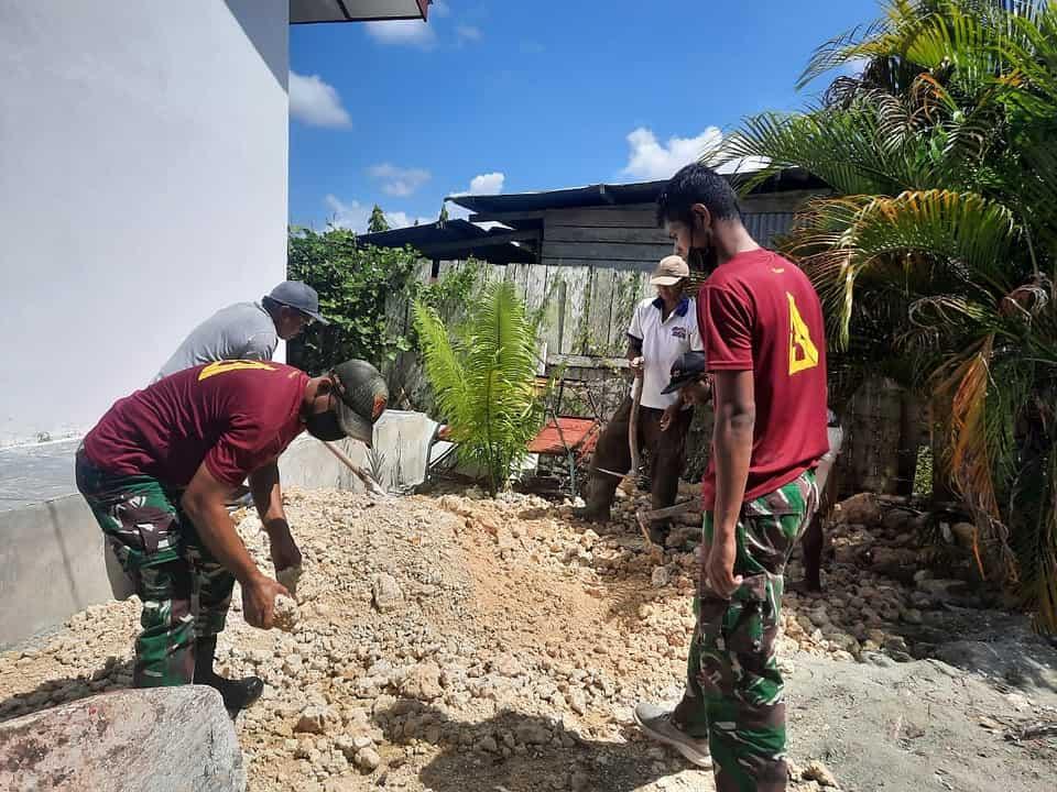 Peduli Fasilitas Pendidikan, Satgas Yonif 131 Bersihkan TK di Papua