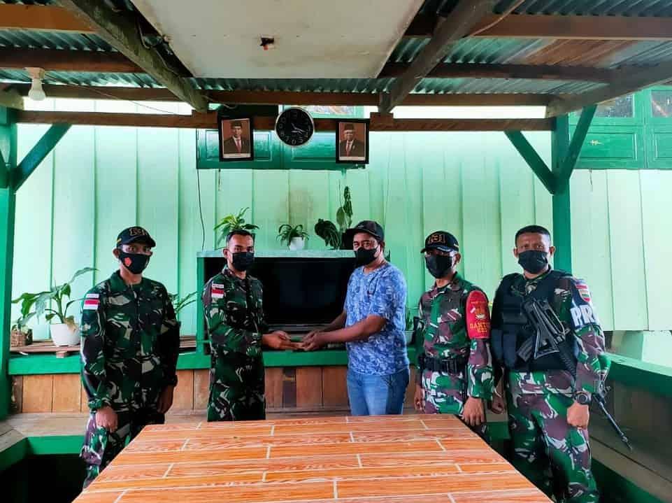 Satgas Yonif 131 Terima Penyerahan 45 Butir Munisi Aktif Dari Warga di Papua