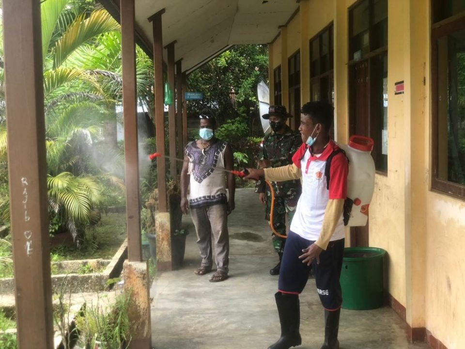 Tekan Angka Covid-19 di Tapal Batas, Satgas Yonif 512/QY Bersama Masyarakat Lakukan Desinfeksi Kampung Binaan
