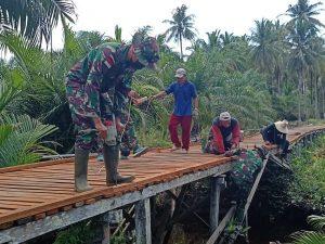 Satgas Pamtas Yonif Mekanis 643/Wns Gelar Karya Bakti Pembuatan Jembatan Bersama Masyarakat Perbatasan.