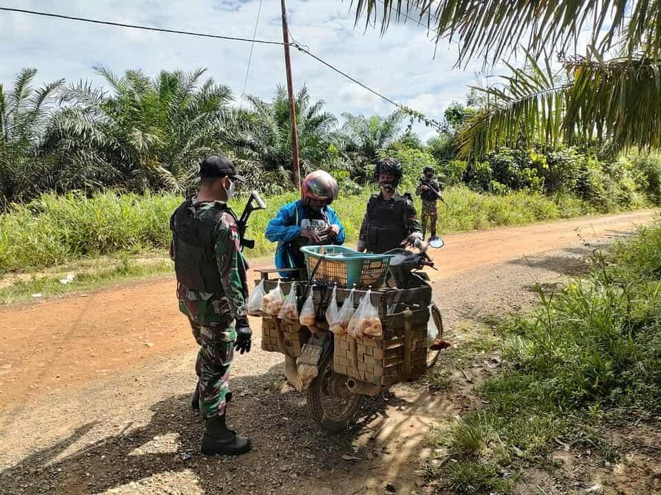 Cegah Kegiatan Ilegal, Anggota Satgas Yonif 144/JY Sweeping di Perbatasan
