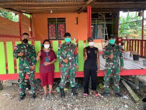 Atasi Kesulitan Rakyat, Satgas Pamtas Yonif Mekanis 643/Wns Bantu Pengecatan Rumah Warga di Perbatasan.