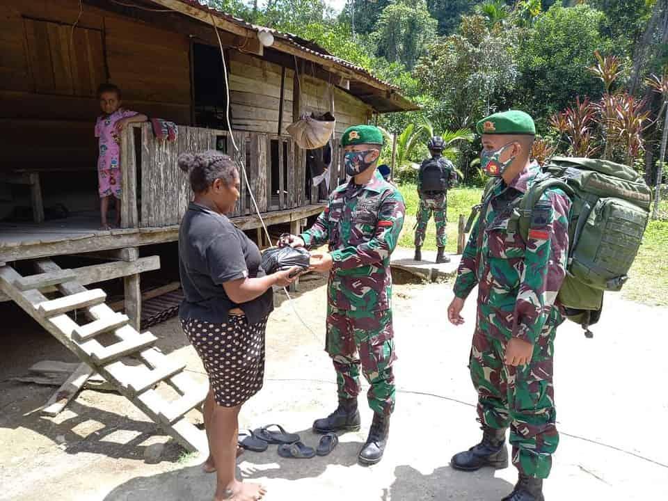 Peduli Sesama, Satgas Yonmek 403 Bagikan Sembako di Papua