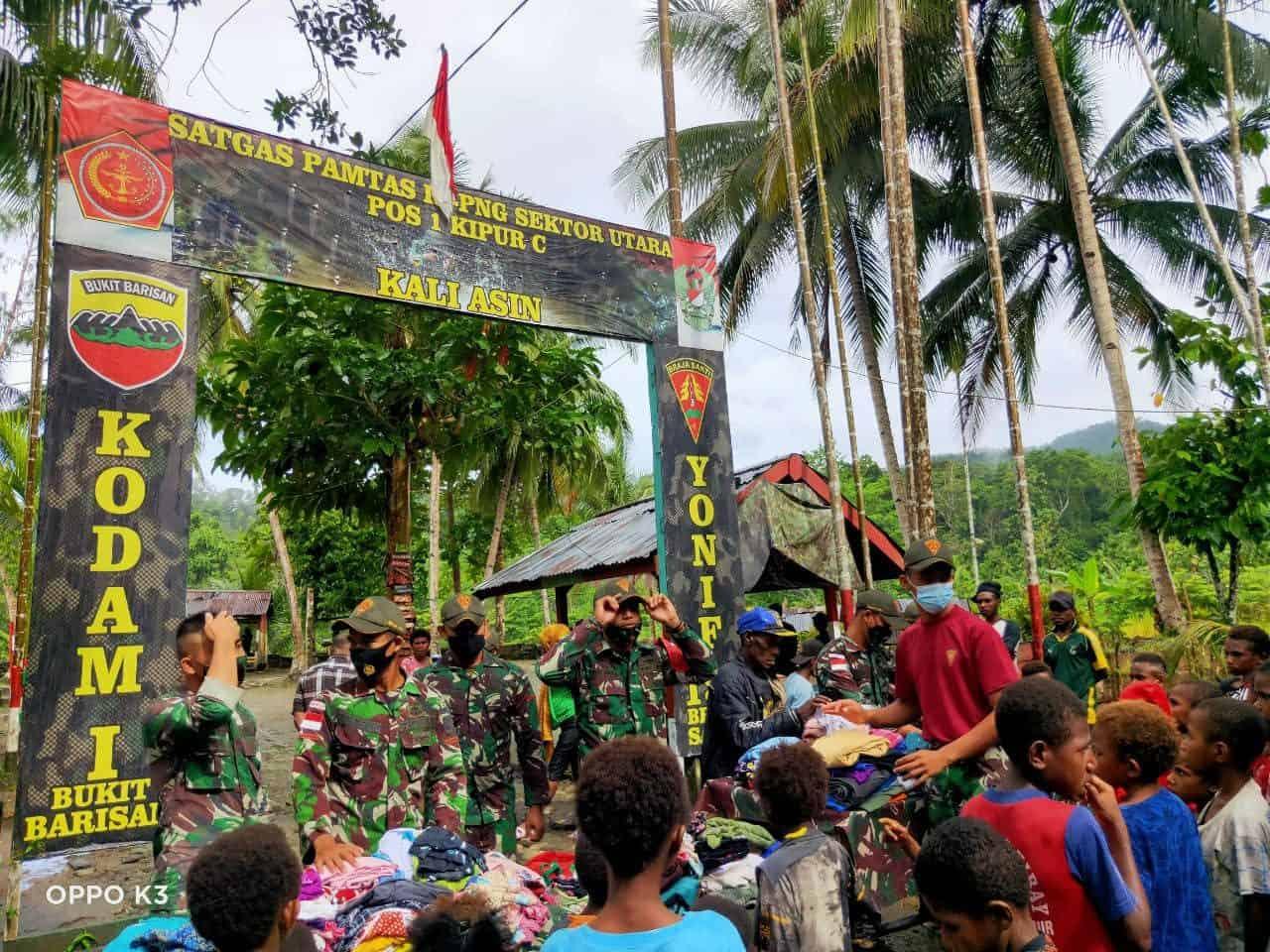 Satgas Yonif 131 Bagikan Pakaian dan Sembako di Perbatasan RI-PNG