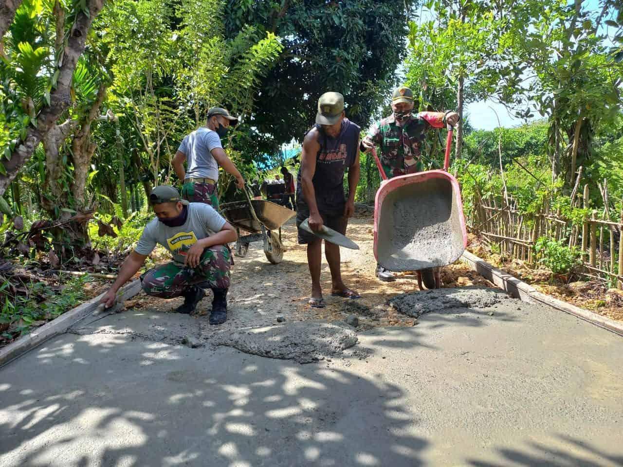 Satgas Yonif 131 Bersama Warga Gotong Royong Bangun Jalan Kampung Skouw Mabo