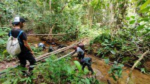 Pembersihan Saluran Air Anggota Satgas Yonif 144/JY Gotong royong Bersama Warga di Perbatasan