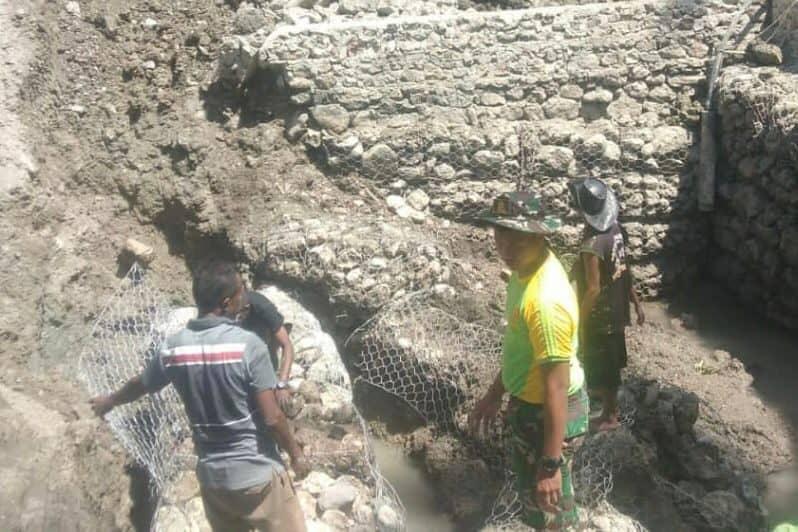 Bantu Kesulitan Warga, Satgas Yonarmed 6/3 Kotrad Bersama Warga Bangun Bak Penampungan Air Hujan