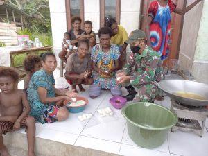 Satgas Yonif 131 Ajarkan Warga Kampung Mosso Membuat Jajanan Tradisional