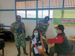 Cegah Penyebaran Covid-19, Satgas Yonif 144/JY Bersama Puskesmas Vaksinasi Anak Sekolah di Perbatasan