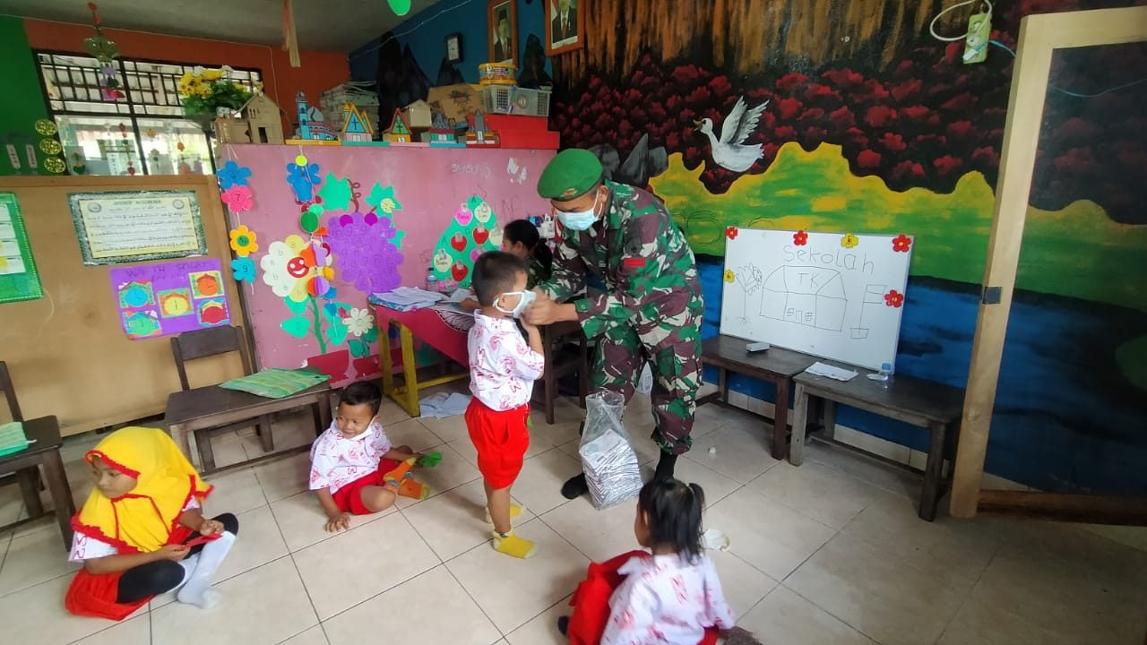Edukasi Vaksinasi dan Prokes , Satgas Yonif 512/QY Kunjungi PAUD Tunas Harapan